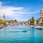 Zeigt Zürich Stadtzentrum mit der Limmat